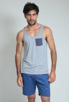 Moda Para Homens: Regata cinza com bolso Azul marinho de poa branco.