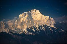 Dhaulagiri (8167 m) im goldenen Licht des aufgehenden Vollmonds