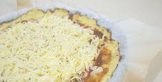 Eu sou apaixonada por pizza! Quando soube que existe uma versão low-carb dela, fui logo testar. É maravilhosa! Precisei compartilhar aqui.  Ingredientes