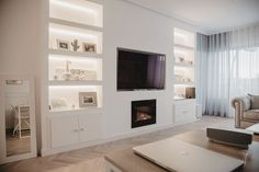 Un piso nórdico con detalles especiales Built In Shelves Living Room, Feature Wall Living Room, Living Room Wall Units, Open Plan Kitchen Living Room, Home Living Room, Living Room Designs, Tv Wall With Shelves, Built In Tv Wall Unit, Living Room Decor Fireplace