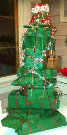 Joulukuusi paketti! Jos sinulla on monta paketti samalle henkilölle, tee niistä hauska rakennelma - esim. tällainen kuusi! www.pullantuoksuinenkoti.com