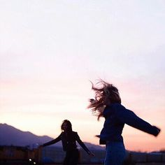 girl, friends, and sunset afbeelding