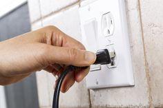 Seguridad Eléctrica – Cirugía estética de todos los cables eléctricos sueltos fuera de la vista detrás de los electrodomésticos. – No enchufe un teléfono móvil para la carga y luego olvidarse de él. Nunca deje los dispositivos conectados para que se cargue durante la noche o mientras está fuera de …