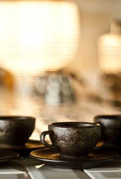 ----------------------- Espresso Tasse mit Untertasse hergestellt aus recyceltem Berliner Kaffeesatz und nachwachsenden Rohstoffen. Ideale Größe für einen einfachen oder doppelten Espresso mit Milch. Ausgeliefert in einem handnummerierten Beutel. Füllmenge 60ml / spülmaschinengeeignet / leichtes Gewicht / hohe isolierende Eigenschaften / leichter Kaffeegeruch ----------------------- Single espresso cup with saucer made from recycled Berlin coffee grounds and renewable…
