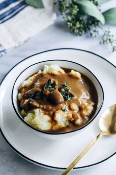 Vegan Porcini Mushroom Gravy- dried porcini mushrooms give this gravy tons of umami flavor that's sure to highlight any dish you serve! Vegan Mushroom Gravy, Vegan Gravy, Mushroom Recipes, Vegetarian Recipes, Healthy Recipes, Healthy Food, Vegan Thanksgiving, Vegan Dinners, Vegetarische Rezepte