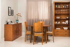 Você gosta de cristaleira? Então espie a nossa inspiração rústica para esta sala de jantar!