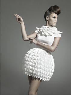 Ideas origami fashion fabric manipulation white dress for 2019 Paper Fashion, Origami Fashion, 3d Fashion, Fashion Fabric, Fashion Dresses, Fashion Details, Fashion Styles, Fashion Trends, Fashion Vintage
