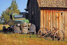 Farm Trucks, Old Trucks, Old Vintage Cars, Antique Cars, Barn Pictures, Flotsam And Jetsam, Barn Art, Autumn Scenery, Abandoned Cars