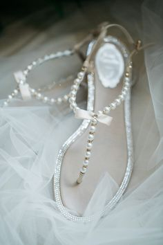 Pearl beaded thong sandals: http://www.stylemepretty.com/2016/01/28/houston-oaks-country-club-wedding/ | Photography: Kelli Elizabeth - http://kellielizabeth.com/