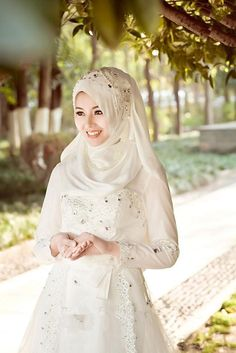 Wanita Muslimah: creative Wedding Hijab ideas to discover and try on . Arabic Wedding Dresses, Muslim Wedding Dresses, Cheap Wedding Dresses Online, Wedding Hijab, Top Wedding Dresses, Wedding Dress Accessories, Wedding Dress Trends, Designer Wedding Dresses, Muslim Brides