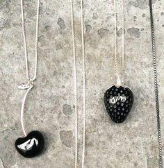 Mustia marjoja, Tina Lilienthal Design osoitteessa www.korulipas.fi #hopeakoru #verkkokauppa #JulianKorulipas Washer Necklace, Pendant Necklace, Jewelry Design, Drop Necklace