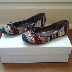 *Price Drop* Steve Madden Ribbon Flats Adorable Steve Madden ribbon flats include so many colors (pink,green,blue,gold,black) that they will complete virtually any outfit. The flats feature faux leather piping and delicate bow at the toe. Slight scuffing on the heals, only worn twice. Steve Madden Shoes Flats & Loafers