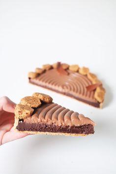 Dark and milk chocolate tart, hazelnut streusel - Olivia Pâtisse Recipe Fun Desserts, Dessert Recipes, Paris Brest, Pastry School, Arabian Food, Sweet Pie, Mousse Cake, Fabulous Foods, Chocolate