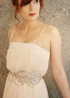 Ahora que ya tienes entre manos el vestido de novia perfecto para tu boda, es momento de que evalúes tus opciones para darle un pop extra de elegancia y moda. Si tu vestido no cuenta con muchos adornos o es un diseño muy sobrio, entonces esta tendencia en cinturones de pedrería