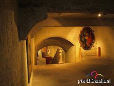 TURISMO EN CHIHUAHUA Te dice ¿Sabías que debajo de la catedral hay un museo? Efectivamente, un amplio salón en el sótano de la Catedral, con servicios de antesacristía, que se encuentra en la parte posterior de la capilla del Rosario, que se conocía como sal del tesoro, fue acondicionado para instalar el Museo de Arte Sacro. www.turismoenchihuahua.com