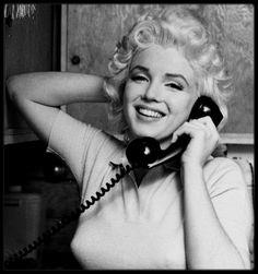 """8 Avril 1955 / (Part II) L'émission de télévision """"Person to Person"""", présentée par Edward MURROW sur CBS, diffuse une interview de Marilyn et de Milton GREENE en direct. Amy GREENE, la femme de Milton, et le chien du couple sont présents ; l'interview a d'ailleurs lieu dans la maison des GREENE à Weston, dans le Connecticut, où Marilyn logea pendant près d'une année. L'interview dure une dizaine de minutes et fut soigneusement préparée des semaines à l'avance : Marilyn avait rencontré Ed…"""