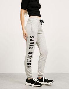 Pantalón felpa BSK texto lateral. Descubre ésta y muchas otras prendas en…