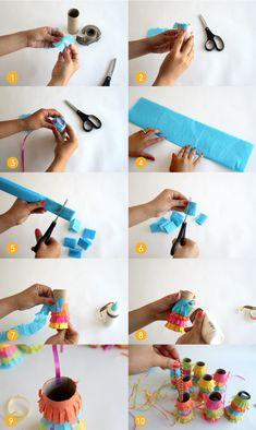 【作り方】 ①カラーティッシュを5×5㎝に切り、中央にカッターナイフで十の字に少し切込みを入れておきます。これをセロテープで芯に留めます。引っぱるリボンをこの上に細いセロテープ2本で留めます。 ②カラーティッシュを短冊切りにし、芯の周りに糊で付けていきます。 ③吊るすリボンを2本芯に付けます。引っぱった時に簡単に外れないよう、セロテープ+ホッチキスで留めます。 ④プレゼントを入れて吊るすと出来上がり。