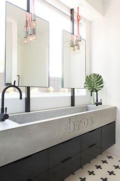 Black and white jack and jill bathroom ideas modern interior design, contemporary design, bathroom Bathroom Kids, White Bathroom, Small Bathroom, Master Bathroom, Bathroom Hooks, Modern Bathroom, Trough Sink Bathroom, Bathroom Drawers, Bathroom Mirrors