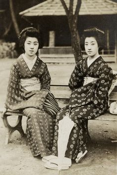 Geiko Tomigiku (on the left) with another Taisho period geisha from Kyoto.1920-27