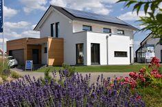 KAMPA GmbH #selbstversorger #musterhaus #fertighaus #immobilien #eco #umweltfreundlich #hauskaufen #energiehaus #eigenhaus #bauen #Architektur #effizienzhaus #wohntrends #zuhause #hausbau #haus #design #ungerpark #leipzig #kampa #plusenergiehaus #plusenergie Bungalow, Flat Pack Homes, Prefabricated Houses, Mansions, House Styles, Outdoor Decor, Home Decor, Inspiration, Leipzig