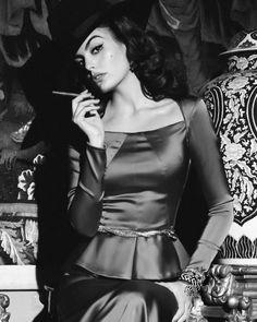 Famous Fashion Photographers, 40s Hairstyles, Women Smoking Cigars, High Fashion Makeup, Latin Women, Girls World, Photoshoot Inspiration, Sexy Women, Celebs