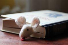 felted mouse Das etwas andere Lesezeichen. Von schwerem Lesestoff erdrückte Maus. Sorgt nicht nur beim Lesen für Spaß.