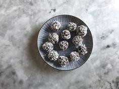 Det här är chokladbollarnas chokladboll. Fördelen med det här receptet är att det, förutom att det är galet gott, bara innehåller tre ingredienser.
