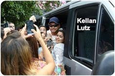 """Fotos De Kellan Lutz Com Fãs No Rio De Janeiro Os fãs não resistem aos charme de Kellan Lutz, do filme """"Crepúsculo"""". As meninas encontraram com o bonitão, quando ainda estava dentro de uma van, e o agarraram. Simpático, Kellan posou para fotos com elas e quase não conseguiu se movimentar para sair da van na tarde deste sábado, 12."""