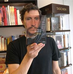 SOY BIBLIOTECARIO: Furor por los empleados de una librería que juegan con las fotos de portada de los libros