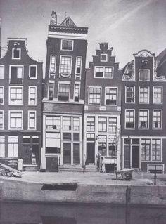 Een staalkaart van Oud-Amsterdamse geveltypen aan de Oudezijds Voorburgwal VLNR een klok, lijst, trap en halsgevel.