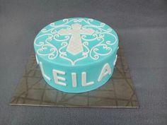 Eine Kommunionstorte für Leila. Es muss ja nicht immer rosa sein. :) Auch hellblau kann sehr schön für ein Mädchen sein. Man gebe einfach ein paar weiße Verzierungen, ein weißes Kreuz und ein paar Engelchen dazu und fertig.