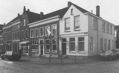 Voorstraat 7 tot 17 in Vianen vertoont de verscheidenheid aan smalle en brede, diepe en dwarse huizen, opname 1988 - Catharina van Groningen via DBNL