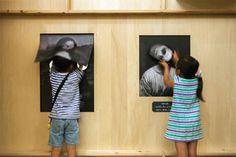 In een poging om jonge bezoekers van het Museum van Hedendaagse Kunst in Tokyo beter te betrekken, creëerde architectenbureau Torafu een speciale kunstgalerie voor kinderen. Dit 'Haunted House' bevat kunstwerken waar duidelijk iets mis mee is. Ogen van de Mona Lisa zitten niet op de goede plek en hoofden van andere schilderijen bewegen in het rond.