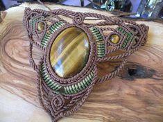 Le œil de tigre Tribal en macramé bijoux RAS de cou Collier Bohème elfique Ce joli ras du cou est créée en utilisant la technique du macramé. Il est fait par un fil ciré brun, vert et kaki et cabochon en oeil de tigre incroyable. En outre, nous utilisons perles oeil de tigre pour