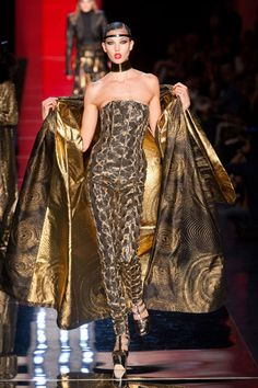 is it just me or is Karlie Kloss all kinds of fierce on a runway?   Fall 2012 Couture - Jean Paul Gaultier