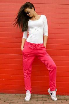 Wygodne, bawełniane spodnie dresowe z kieszeniami i ściągaczem w najmodniejszych kolorach.