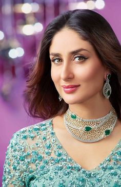 How to rock traditional jewelry on western outfits? Kareena Kapoor rocks beautiful diamond jewelry-necklace and earrings Diamond Necklace Set, Diamond Choker, Diamond Jewellery, Tiffany Jewellery, Men's Jewellery, Designer Jewellery, Emerald Necklace, Jewellery Designs, Fashion Jewellery