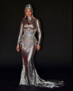 Robe moulante argenté en sequins de Beyoncé aux Grammy award 2021 Silver Slip Dress, Silver Gown, Corsets, Celebrity Red Carpet, Celebrity Style, Kim Kardashian, Burberry Dress, Nice Dresses, Formal Dresses