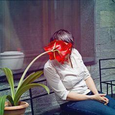 ritratto di donna con fiore sul viso - maggio