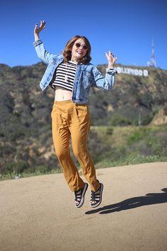 Look calça larga mostarda, camiseta listrada, jaqueta jeans, sandália Melissa…