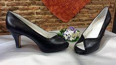 Modelo en negro combinado con piel grabada de serpiente del mismo color . Este modelo está muy bien para pies un poco anchos y para las que tenéis mucho empeine. La forma que tiene el escote de los zapatos hace que no se claven en el empeine.