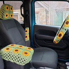 Sunflower Set to go with the steering wheel cover Crochet Car, Crochet Crafts, Crochet Projects, Crochet Designs, Crochet Patterns, Hippie Car, Cute Car Accessories, Crochet Accessories, Girly Car