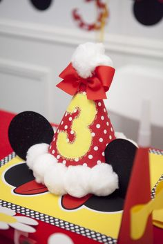 Fun party hats at a Minnie Mouse party Minnie Mouse Theme Party, Theme Mickey, Red Minnie Mouse, Mickey Party, Girls Birthday Party Games, Mickey Mouse Birthday, 1st Birthday Girls, Birthday Ideas, Birthday Hats