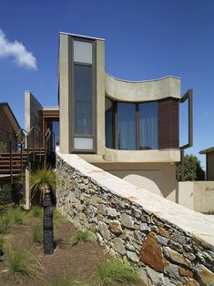 Contemporary style beach house by Rachcoff Vella Architecture