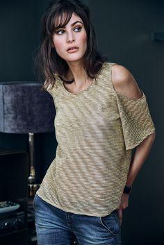 Leicht transparentes Shirt mit ausgesparter Schulterpartie und ausgestellten Ärmeln von Sienna.