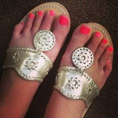 Jack Rogers- cute alternative to flip flops! Preppy Girl, Preppy Style, My Style, Dream Shoes, Crazy Shoes, Cute Shoes, Me Too Shoes, Jack Rogers, So Little Time