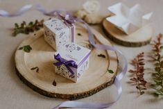 Szatén szalagos masnival díszített, magyaros mintát idéző, virágos esküvői meghívó. A tetőt levéve szétnyílik a dobozka és belül olvasható a meghívó szövege. #dobozosmeghívó #esküvőimeghívó #meghívó #kreatívcsiga #weddinginvitation #wedding #invitation #purpeweddingdecor #purpeweddinginvitation #lilaesküvőidekoráció Place Cards, Place Card Holders