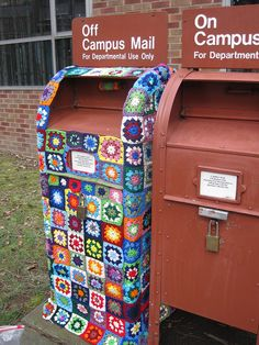 Post office gone granny square yarn bombing! Love Crochet, Crochet Granny, Crochet Yarn, Urbane Kunst, Yarn Bombing, Guerrilla, Mail Art, Up Girl, Textiles