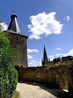 Le donjon et le clocher de l'église. On pénétre dans la citadelle, vaste rectangle de 130 m sur 65 m aux angles arrondis, avec d'épaisses murailles présentant des restes de créneaux, des archères encore en état et un chemin de ronde interrompu aux angles où une tour de défense était posée sur le rempart, à l'aide parfois d'un arc reliant les 2 côtés de l'angle.